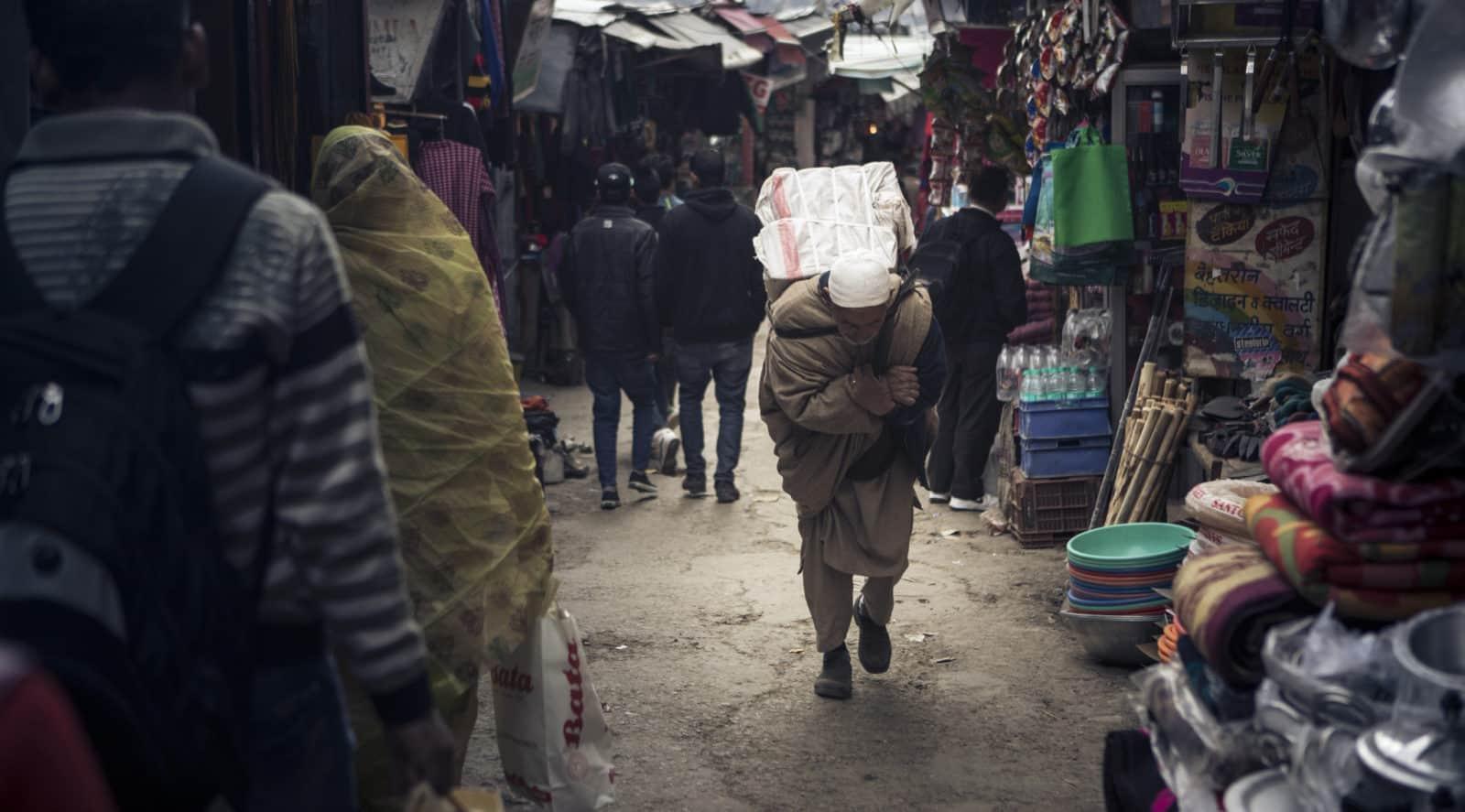 obchodnik nesuci svoj tovar na trh, Shimla, India, patrikpaulinyi